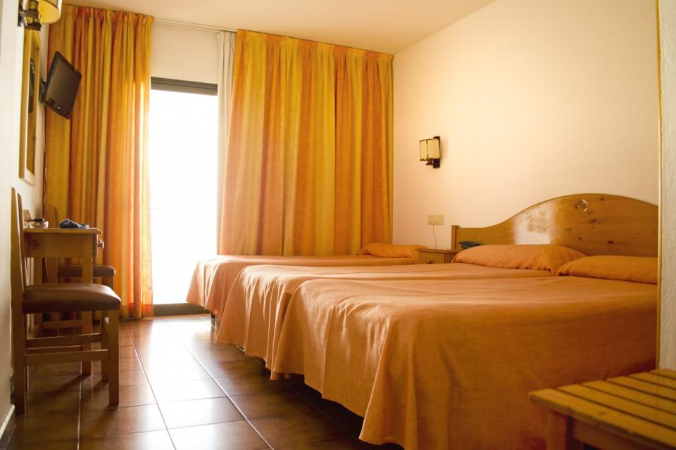 Habitació triple de l'Hotel Parc de Roses (Costa Brava)