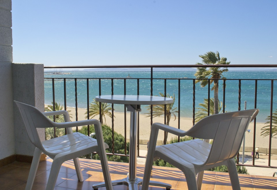 Terrassa d'habitació amb vistes al mar de l'Hotel Parc de Roses (Costa Brava)